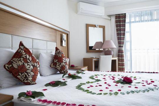 THE HOLIDAY RESORT HOTEL 4*